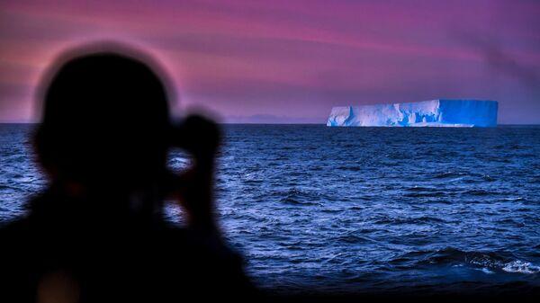 Вид с борта исследовательского судна Балтийского флота Адмирал Владимирский в районе Земли Александра I во время плавания к антарктической станции Беллинсгаузен