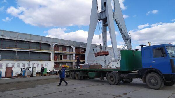 Строительство круизного лайнера Петр Великий на судостроительном заводе Лотос в Астраханской области