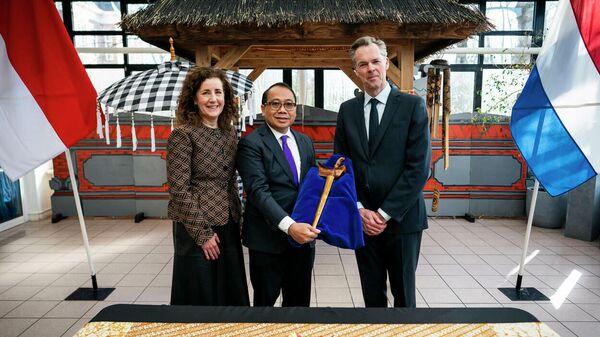 Министр культуры Ингрид ван Энгельсховен, посол Индонезии в Нидерландах Густи Агунг Весака Пуджа и директор Национального музея этнологии в Нидерландах Стейн Шундервурд