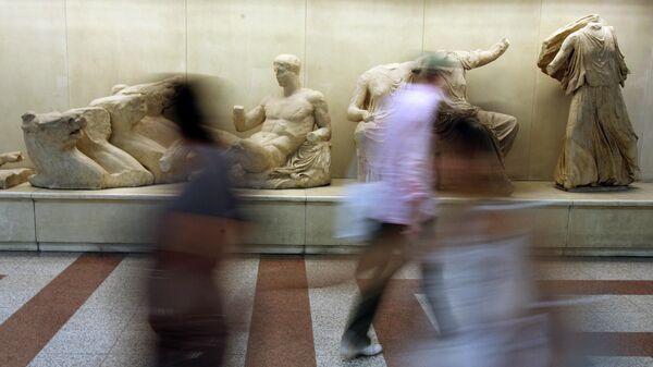 Копии статуй Парфенона на станции метро Акрополь в Афинах