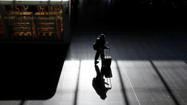 Пассажир на железнодорожном вокзале Рима Термини. 8 марта 2020