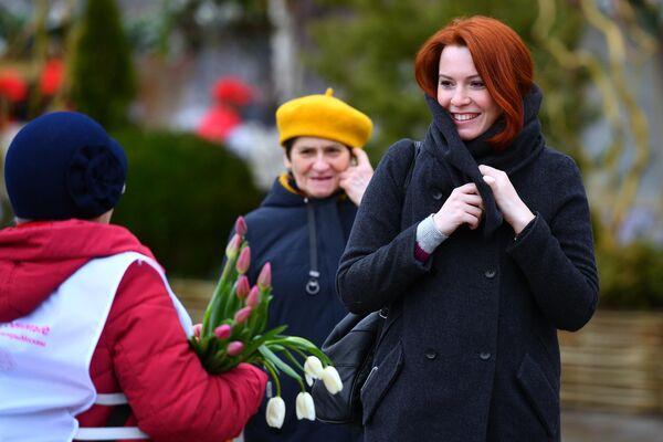 Участница всероссийской акции Вам, любимые! поздравляет женщин с 8 Марта в Москве