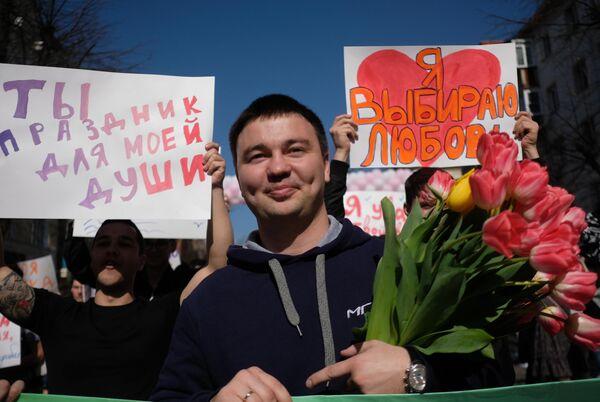Участники праздничного шествия Дорогая, ты права! по случаю Международного женского дня