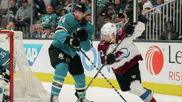 Защитник Сан-Хосе Шаркс Марк-Эдуар Влашич против правого нападающего Колорадо Эвеланш Йоонаса Донского в матче НХЛ