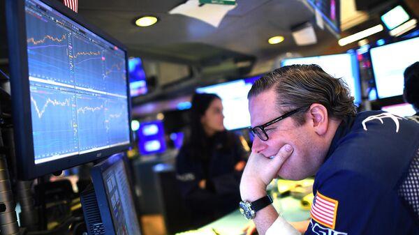 Трейдер во время открытия торгов на Нью-Йоркской фондовой бирже