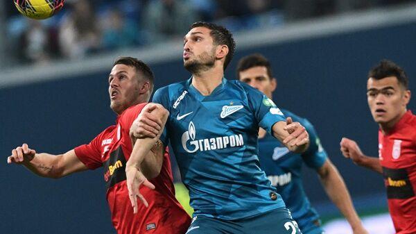 Игрок ФК Уфа Ловро Бизяк (слева) и игрок ФК Зенит Магомед Оздоев