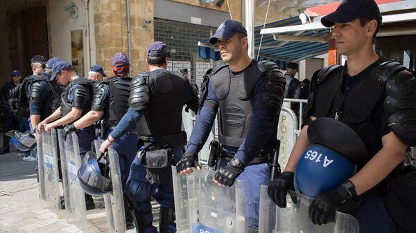 Сотрудники полиции на пропускном пункте Ледра в Никосии
