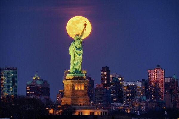 Статуя Свободы в Нью-Йорке на фоне Луны