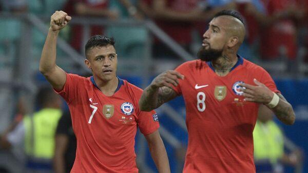 Чилийские футболисты Алексис Санчес и Артуро Видаль в матче за национальную сборную