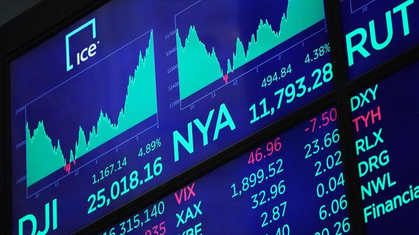 Табло с индексами котировок в зале Нью-Йоркской фондовой биржи