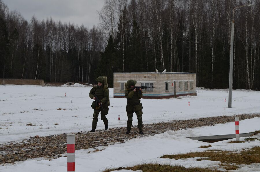 Выход курсантов на позиции для стрельбы