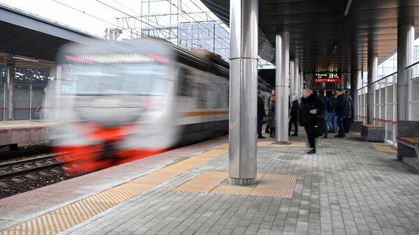 Пассажиры на открытии пересадочного узла Московского центрального диаметра на станции Победа Киевского направления