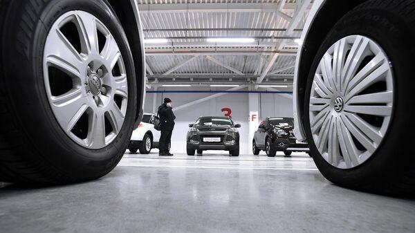 Автомобили в павильоне автосалона