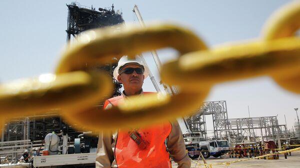 Рабочий на нефтяном месторождении в Саудовской Аравии