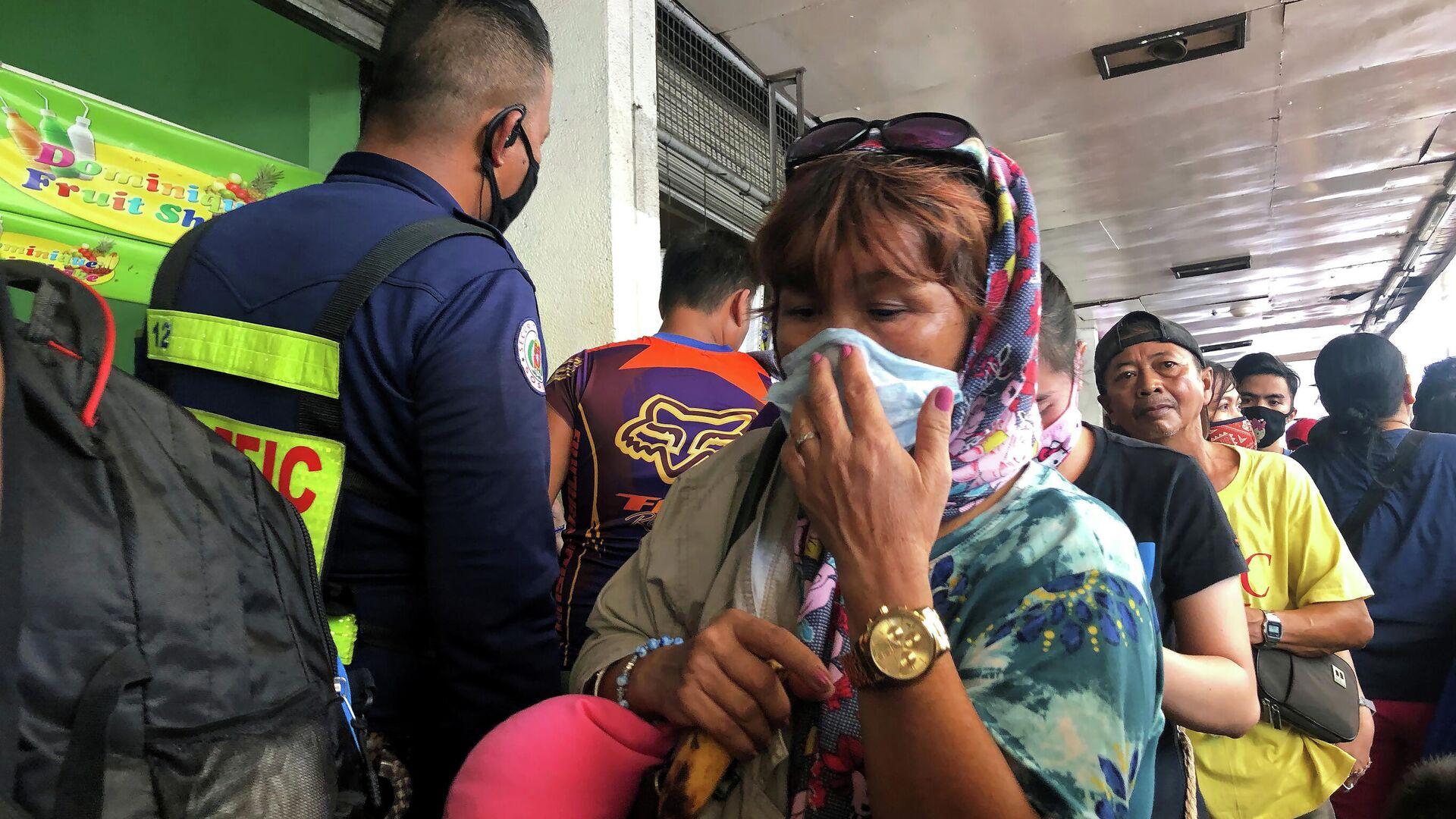 Женщина в очереди на автовокзале  города Кубао, Филиппины. 13 марта 2020 - РИА Новости, 1920, 17.03.2020
