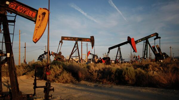 Нефтяные станки-качалки на месторождении сланцевой нефти Монтерей в США