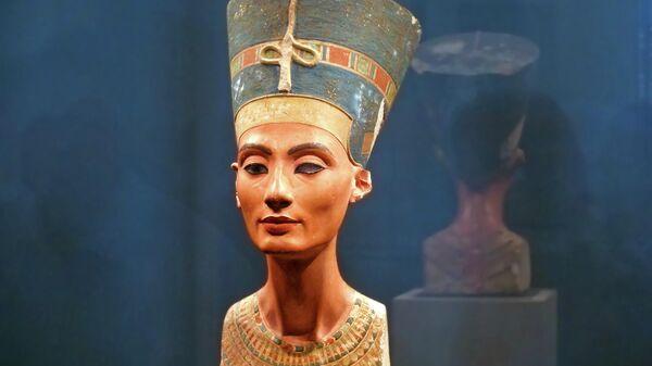 Бюст Нефертити в музее в Берлине