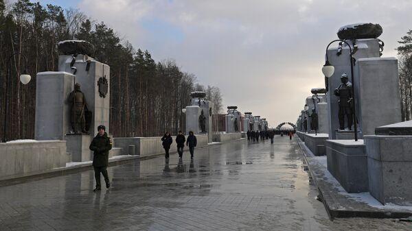 Посетители на Федеральном военном мемориальном кладбище в Московской области