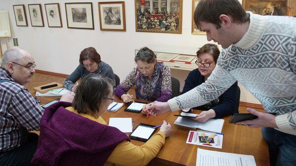 Обучение пожилых людей работе на планшете