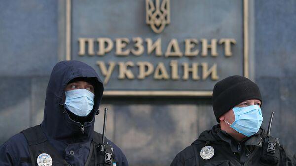 Сотрудники украинской полиции во время марша националистов в День добровольца в Киеве