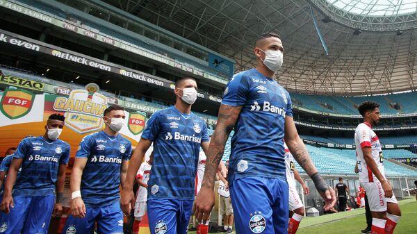 Игроки ФК Гремио в защитных масках