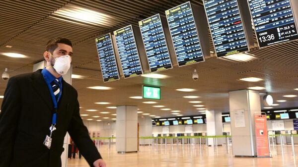 Мужчина в защитной маске в международном аэропорту Барахас в Мадриде