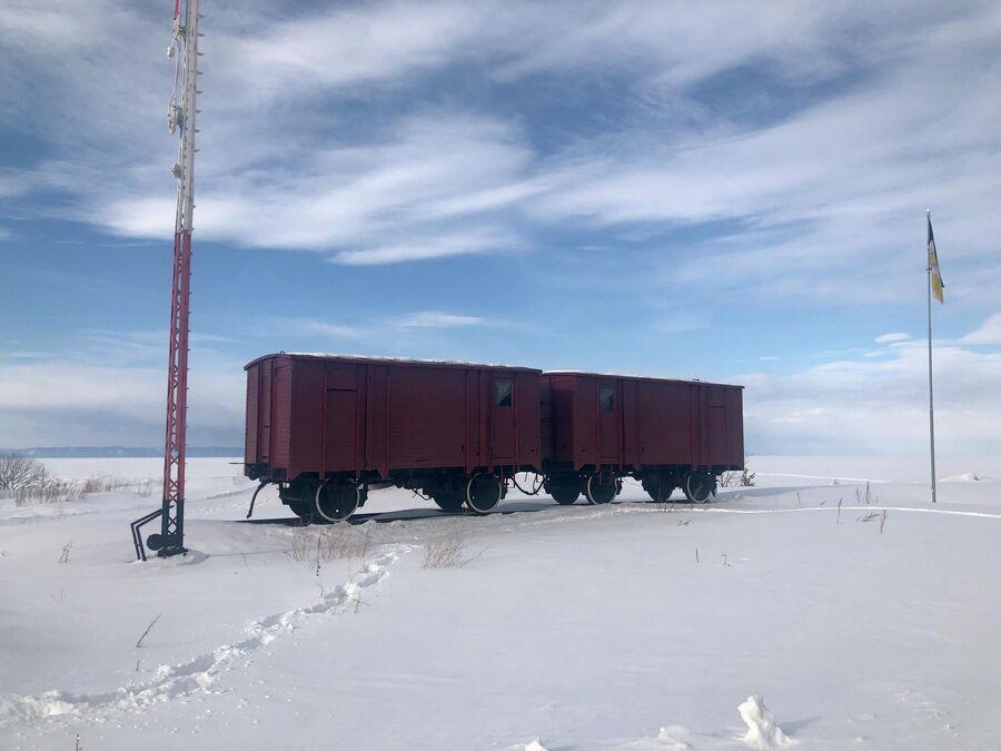 Вагоны на месте бывшей переправы на Байкале