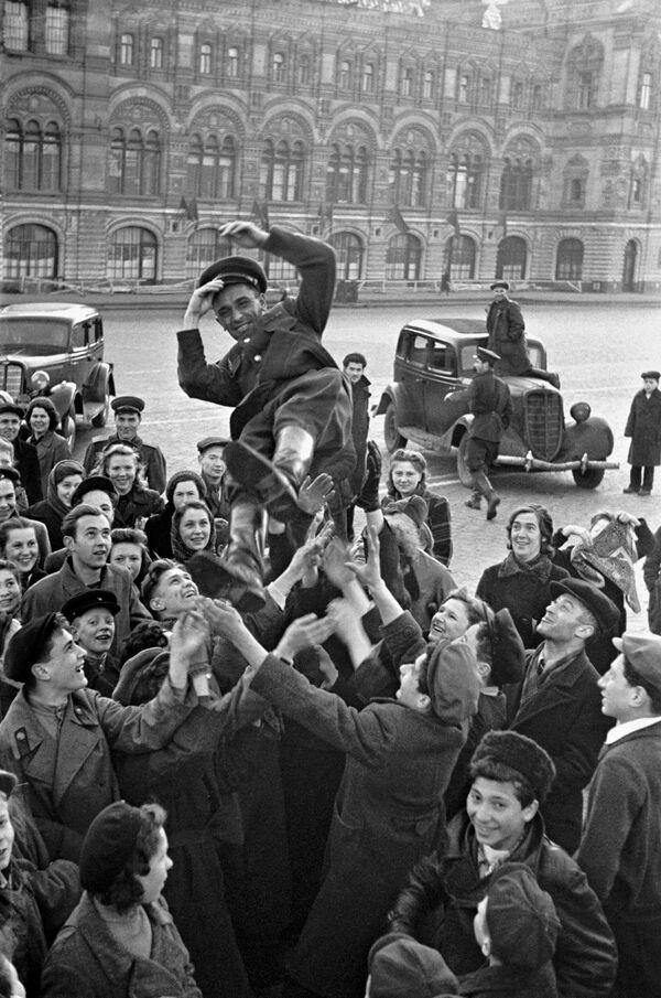Москвичи подкидывают офицера в день победы 9 мая 1945 г. на Красной площади