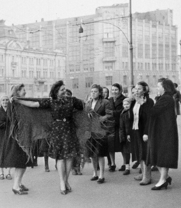 Женщины танцуют на улицах Москвы в честь Дня Победы 9 мая 1945 года