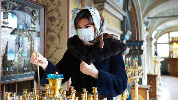 Прихожанка в Соборе Казанской Иконы Божией Матери на Красной площади в Москве