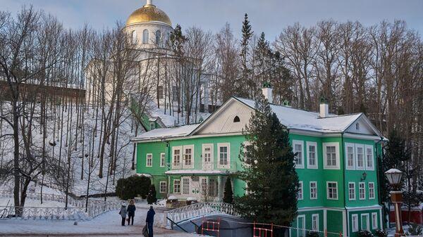 Собор Михаила Архангела (на дальнем плане) Свято-Успенского Псково-Печерского монастыря, основанного в середине XV века, в Печорах