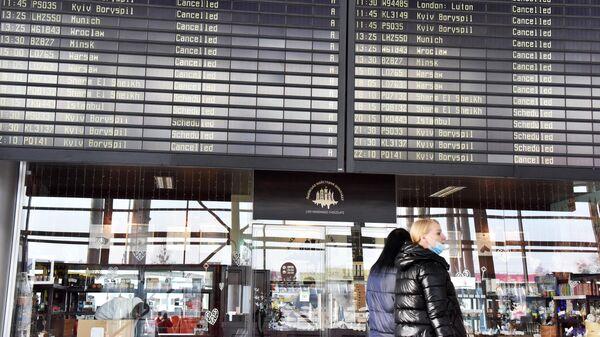 Табло с отмененными авиарейсами в терминале международного аэропорта Львов имени Даниила Галицкого