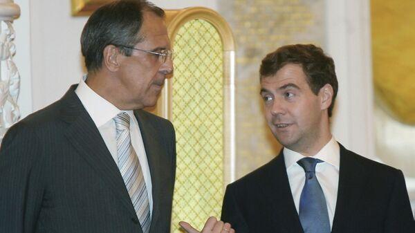 Министр иностранных дел России Сергей Лавров и первый вице-премьер РФ Дмитрий Медведев (слева направо) во время встречи в Кремле