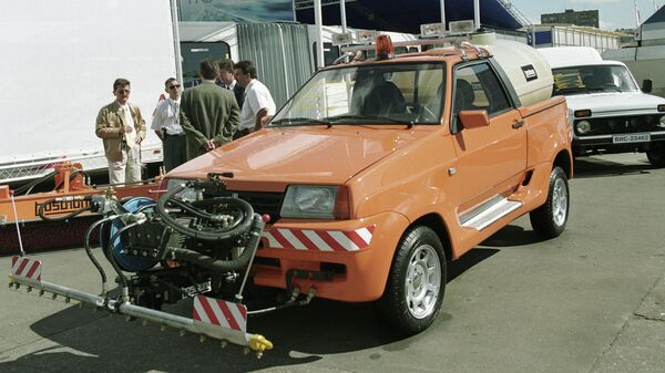 Универсальный автомобиль Тарзан, предназначенный для уборки улиц, на выставке Автосалон-2001