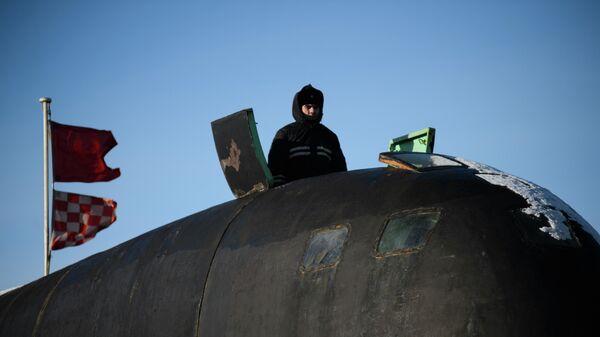 Моряк на ограждении боевой рубки атомной подводной лодки