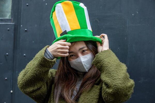Женщина носит защитную маску в Дублине в День святого Патрика