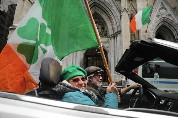 Люди празднуют день Святого Патрика в Нью-Йорке