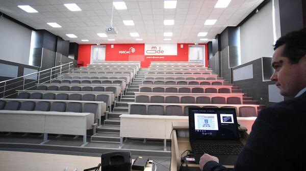 Преподаватель проводит онлайн урок в аудитории Национального исследовательского технологического университета МИСиС