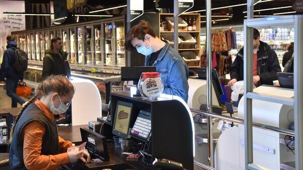 Покупатель на кассе супермаркета во Львове
