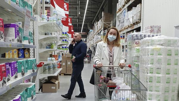 Женщина в магазине в Киеве, Украина. 11 марта 2020