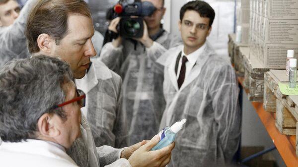 Министр промышленности и торговли РФ Денис Мантуров во время посещения завода по производству антисептиков компании Sanitelle в Москве