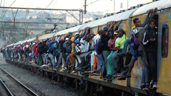 Пассажиры переполненного поезда в Соуэто, ЮАР