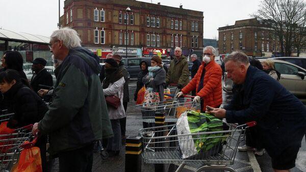Люди в очереди за покупками в Лондоне, Великобритания