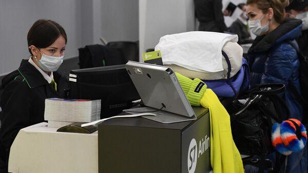 Стойка регистрации международных рейсов авиакомпании S7 в аэропорту Толмачево в Новосибирске