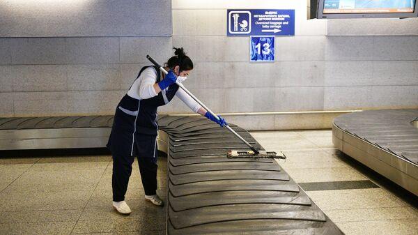 Сотрудник клининговой службы проводит уборку в аэропорту Внуково