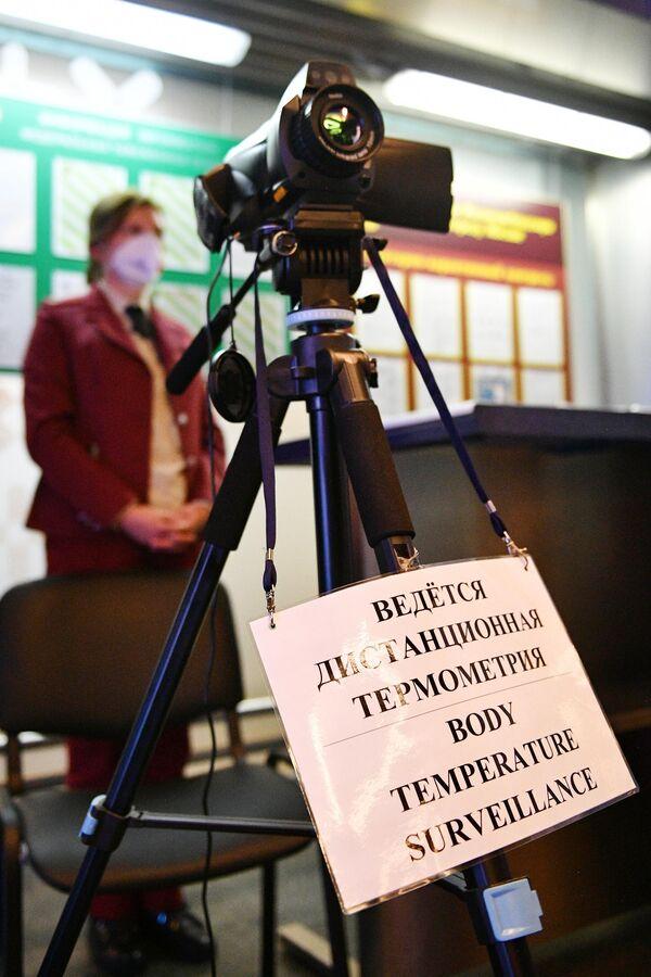 Проверка у пассажиров температуры с помощью тепловизора в аэропорту Внуково