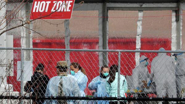 Медицинские работники в центре тестирования на наличие коронавирусной инфекции в США
