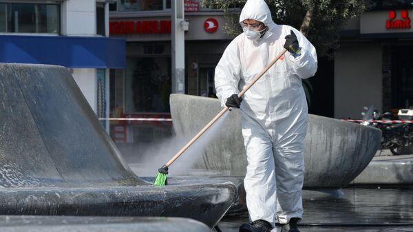 Сотрудник санитарной службы проводит обработку улиц в Стамбуле