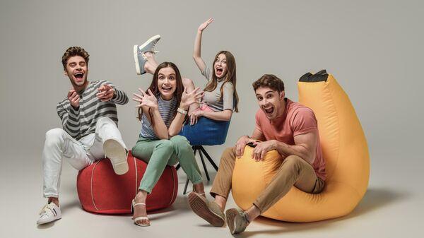 Молодые люди весело проводят время