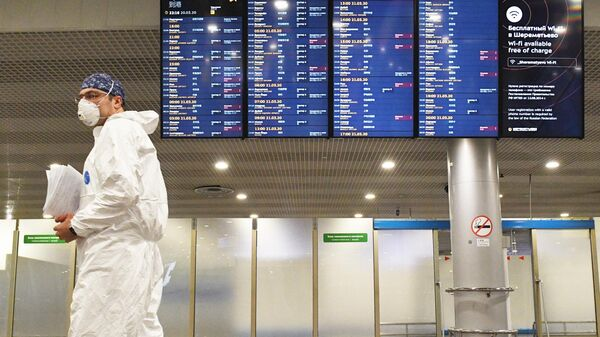 Сотрудник Роспотребнадзора встречает российских туристов, прилетевших из Черногории в аэропорту Шереметьево